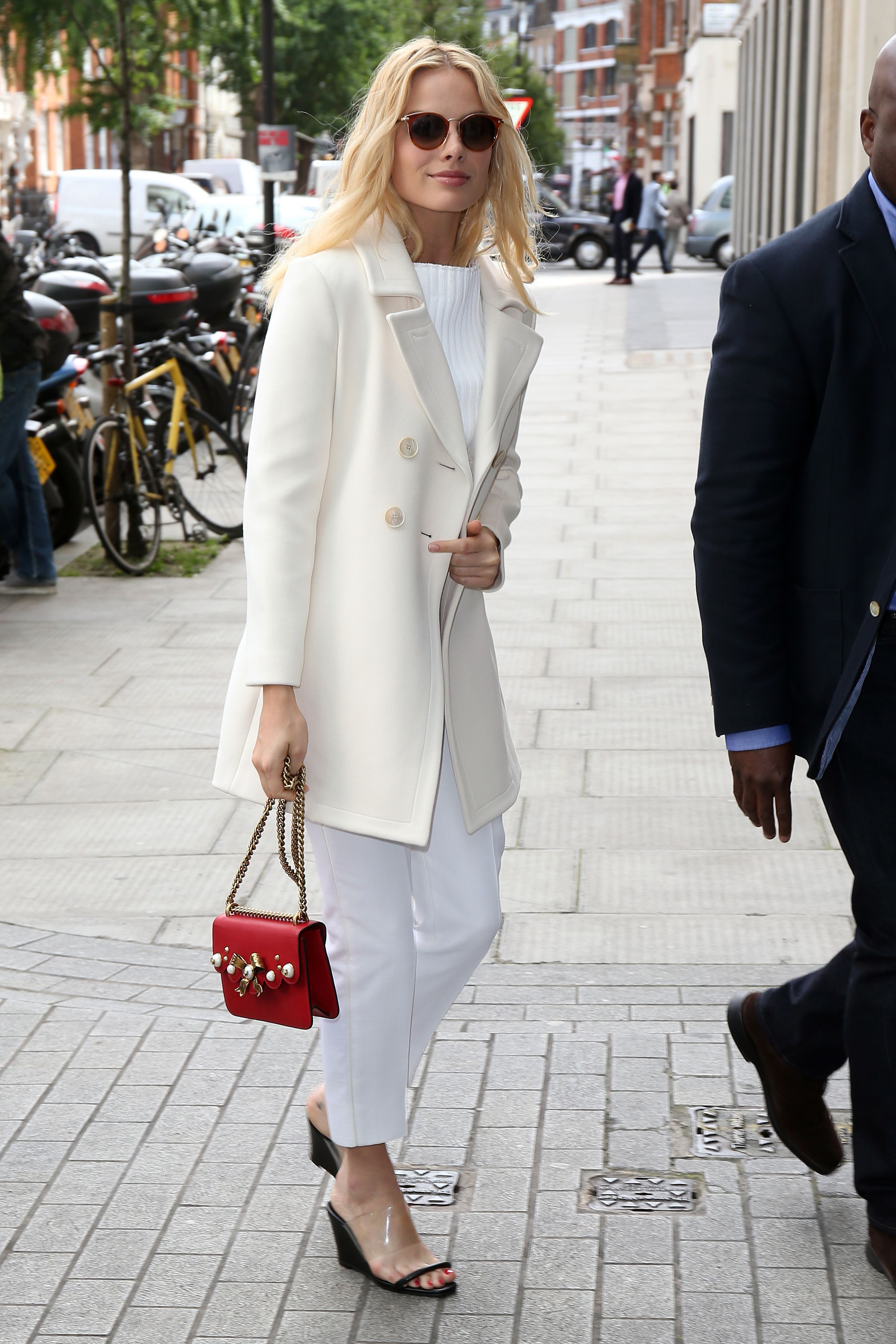 216a8c23611 Margot Robbie Style - Margot Robbie Fashion Photos