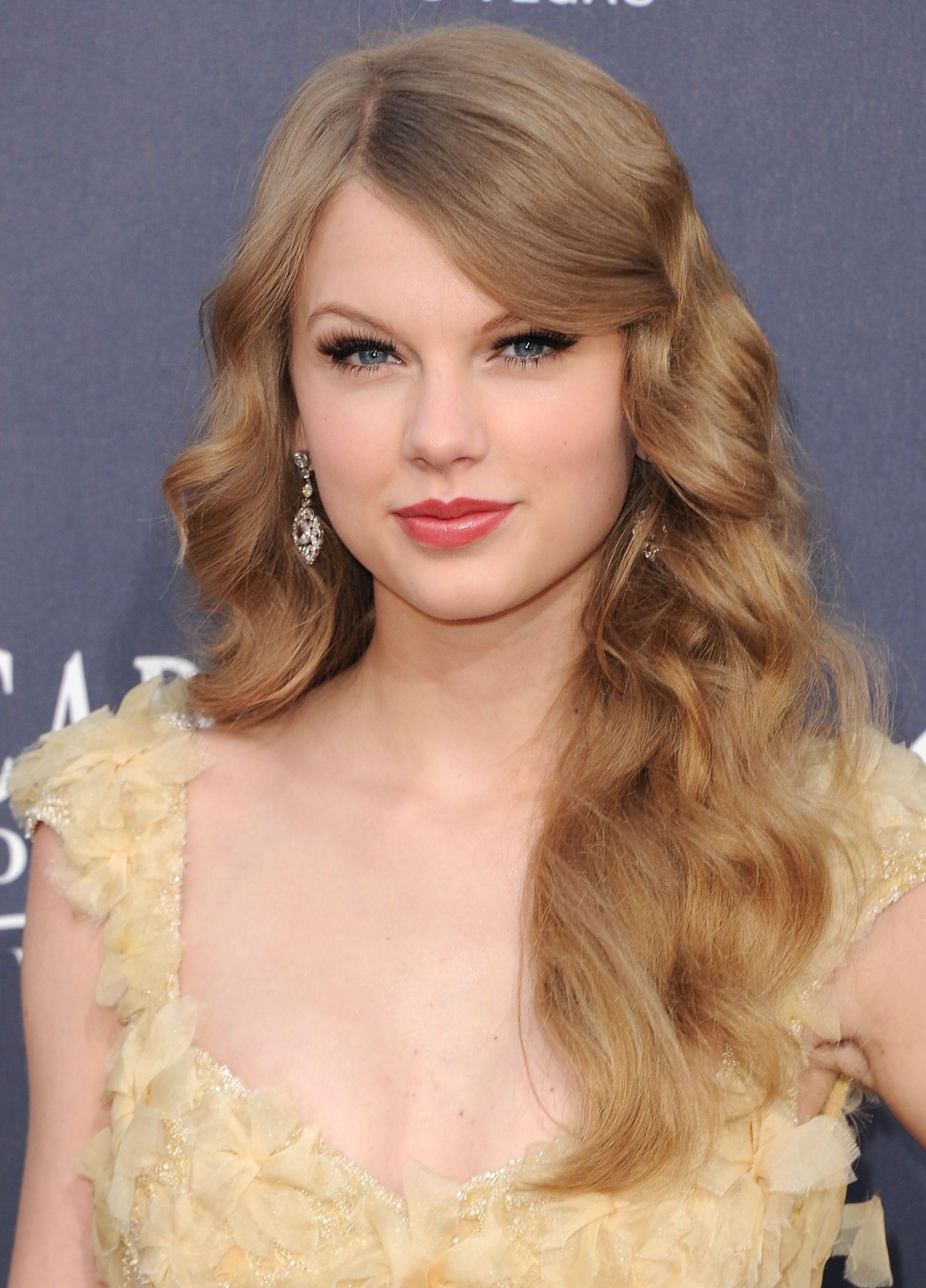 5 best taylor swift hair looks taylor swifts signature hairstyles urmus Images