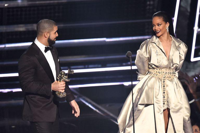 Drake And Rihannas Vma Speeches Rihanna Accepts Vanguard Award At