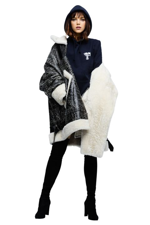 Sleeve, Textile, Street fashion, Fur clothing, Fashion model, Natural material, Fur, Knee, Animal product, Tights,