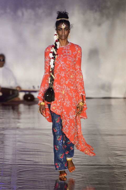 Fashion show, Style, Runway, Fashion model, Jewellery, Fashion, Street fashion, Model, Fashion design, Haute couture,