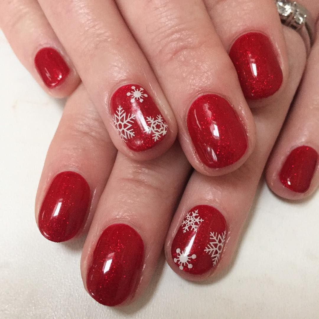 https://hips.hearstapps.com/ell.h-cdn.co/assets/16/42/christmas-nail-designs-mh.jpg?crop=1xw:1.0xh;center,top&resize=640:*