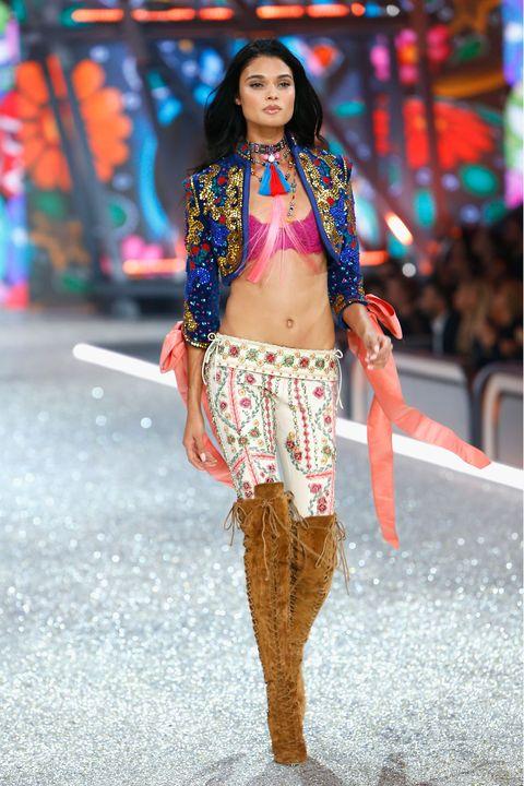Waist, Style, Street fashion, Fashion show, Fashion, Trunk, Fashion model, Abdomen, Black hair, Thigh,
