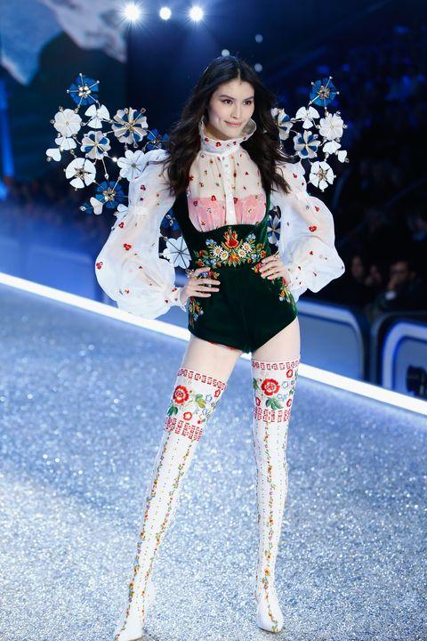 Winter, Waist, Fashion model, Fashion, Street fashion, Knee, Thigh, Fashion show, Glove, Tights,