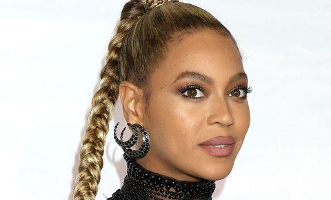 Lip, Cheek, Brown, Hairstyle, Skin, Chin, Earrings, Forehead, Eyebrow, Eyelash,