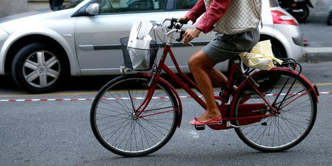 Tire, Wheel, Bicycle tire, Bicycle wheel, Bicycle wheel rim, Bicycle frame, Leg, Land vehicle, Bicycle, Bicycle accessory,