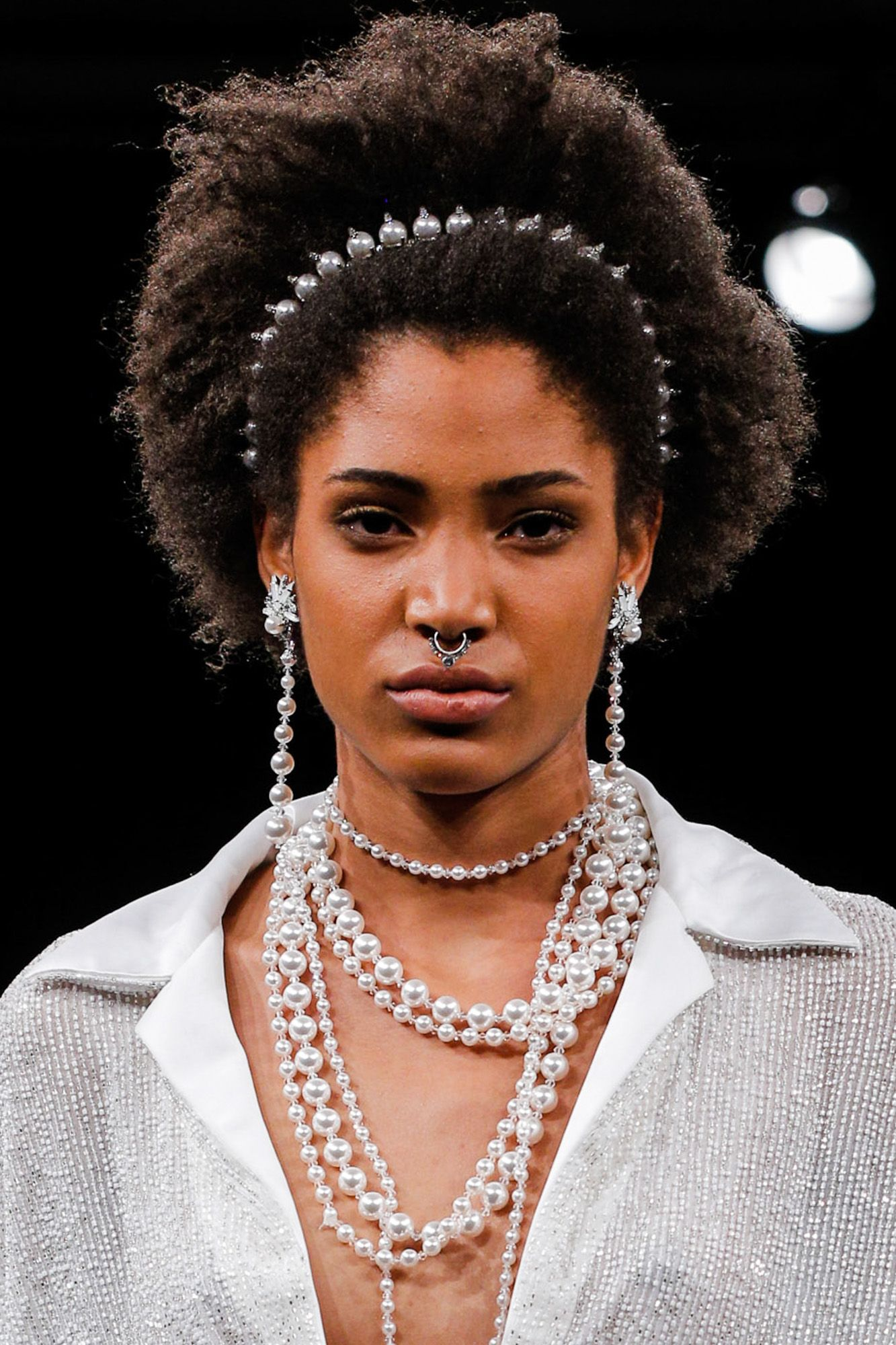 <p>Natural texture for your wedding day? Hell yes. Dress up the lookbridal style with a jewelled headband.</p>