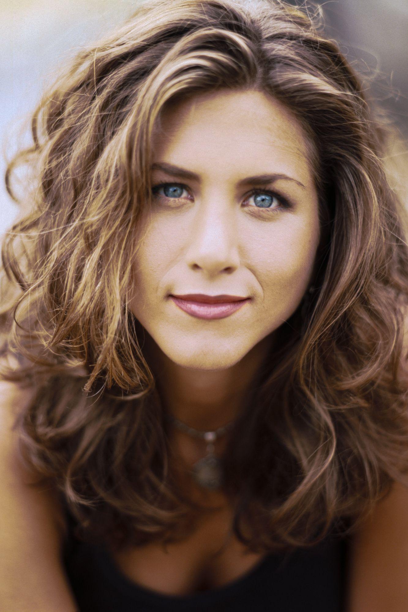 Jennifer Anistons Best Hairstyles Of All Time 40 Jennifer Aniston