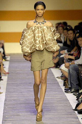 Clothing, Footwear, Leg, Brown, Fashion show, Event, Shoulder, Runway, Joint, Human leg,