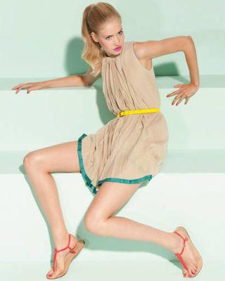 Arm, Leg, Finger, Mouth, Hairstyle, Skin, Human leg, Human body, Shoulder, Shoe,