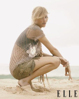 Leg, Hairstyle, Human body, Sitting, Photograph, Human leg, Elbow, Sand, Knee, Barefoot,