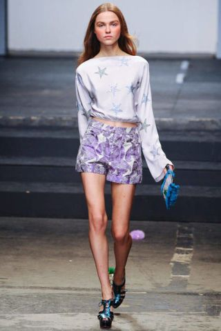 Clothing, Leg, Sleeve, Human leg, Human body, Shoulder, Joint, Style, Street fashion, Knee,