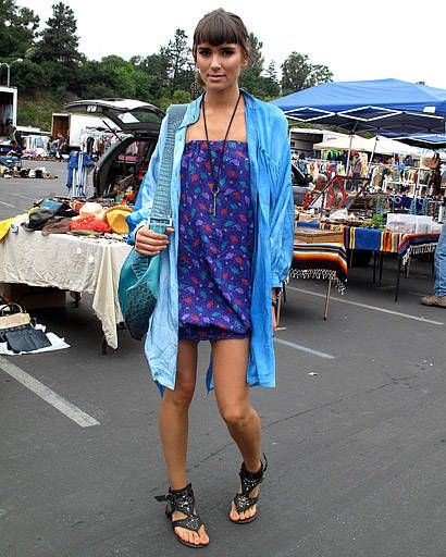 Public space, Textile, Style, Market, Street fashion, Marketplace, Human settlement, Flea market, Sandal, Necklace,