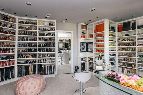 Shelf, Interior design, Shelving, Room, Furniture, Retail, Ceiling, Collection, Interior design, Cabinetry,