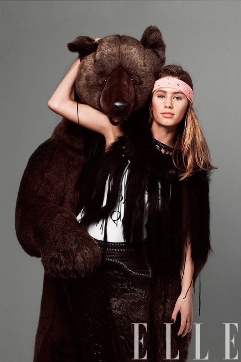 Costume accessory, Costume, Liver, Fur, Fur clothing, Long hair, Flash photography, Natural material, Animal product, Fashion model,