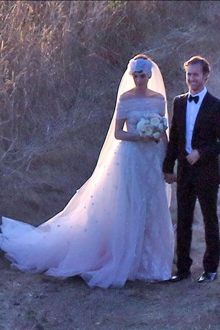 Anne hathaway weds in custom valentino gown hakaan yildirim anne hathaway custom valentino wedding gown junglespirit Images