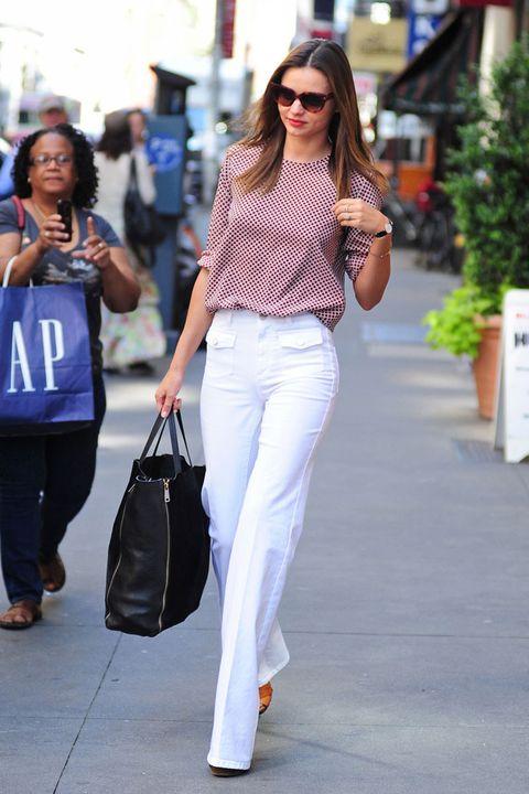 miranda kerr street style white jeans black bag