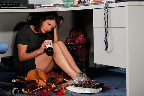 Room, Black hair, Home appliance, Bag, Major appliance, Shelf, Living room, Display device, Sandal, Kitchen appliance,