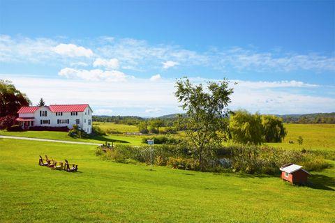 Sky, Land lot, Natural landscape, Grassland, Farm, Rural area, Pasture, Plain, House, Garden,
