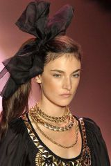 Hairstyle, Forehead, Style, Fashion accessory, Costume accessory, Fashion, Beauty, Neck, Jewellery, Hair accessory,
