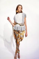 Sleeve, Human body, Shoulder, Textile, Standing, Joint, Style, Waist, Knee, Fashion,