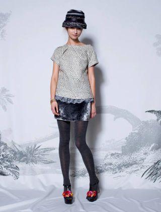 Clothing, Leg, Sleeve, Human body, Human leg, Shoulder, Textile, Joint, Standing, White,