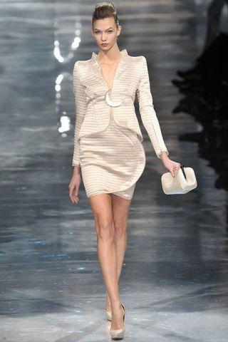 Hairstyle, Shoulder, Dress, Joint, Human leg, Fashion model, Style, Fashion show, Formal wear, Waist,