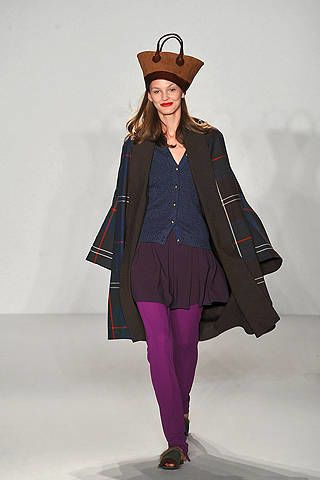 Clothing, Leg, Sleeve, Shoulder, Hat, Collar, Joint, Standing, Style, Knee,