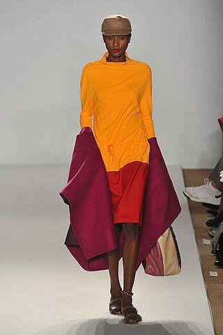Sleeve, Shoulder, Human leg, Joint, Standing, Headgear, Knee, Temple, Maroon, Sandal,
