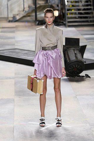 Shoulder, Textile, Bag, Fashion accessory, Style, Street fashion, Collar, Luggage and bags, Fashion, Waist,