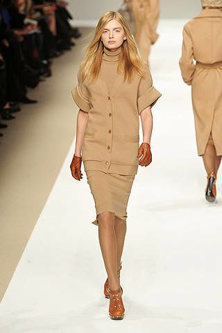 Clothing, Leg, Fashion show, Brown, Event, Sleeve, Shoulder, Runway, Human leg, Joint,