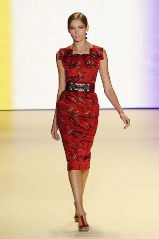 Shoulder, Dress, Human leg, Joint, One-piece garment, Red, Waist, Style, Formal wear, Fashion model,