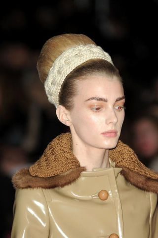 Style, Headgear, Fashion, Beige, Costume design, Fashion design, Blond, Fawn, Hair accessory, Brown hair,