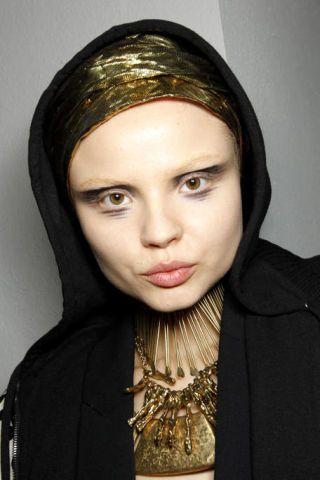 Forehead, Eyebrow, Fashion, Neck, Wrap, Portrait, Makeover, Body jewelry, Shawl, Abaya,