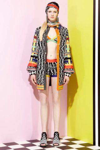 Human leg, Textile, Style, Wrap, Headgear, Street fashion, Pattern, Knee, Fashion, Fashion model,