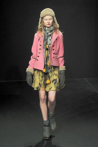Sleeve, Human body, Human leg, Textile, Style, Jacket, Knee, Costume design, Fashion, Fashion model,