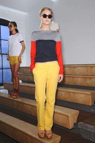 Eyewear, Leg, Vision care, Shoulder, Human leg, Standing, White, Sunglasses, Style, T-shirt,