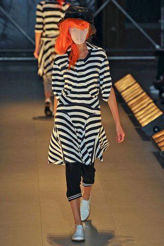 Leg, Human leg, Shoulder, Joint, Standing, Street fashion, Knee, Hat, Pattern, Fashion,