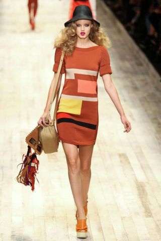 Clothing, Brown, Human leg, Shoulder, Hat, Bag, Fashion show, Joint, Red, Dress,