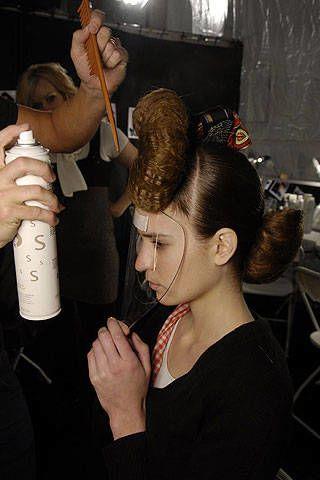 Head, Ear, Finger, Hairstyle, Hand, Mammal, Thumb, Beauty salon, Wrist, Temple,