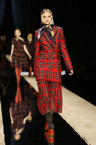 Plaid, Tartan, Textile, Pattern, Dress, Formal wear, Style, Collar, One-piece garment, Fashion model,