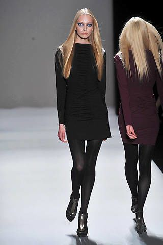 Clothing, Leg, Sleeve, Human body, Shoulder, Joint, Style, Fashion model, Thigh, Knee,