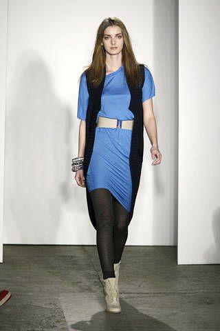 Sleeve, Human body, Shoulder, Textile, Human leg, Joint, Floor, Style, Knee, Street fashion,