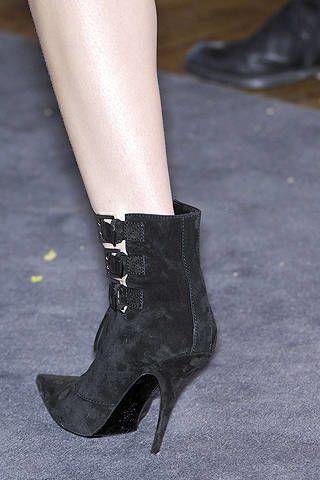 Footwear, Joint, Human leg, High heels, Fashion, Black, Grey, Leather, Foot, Basic pump,