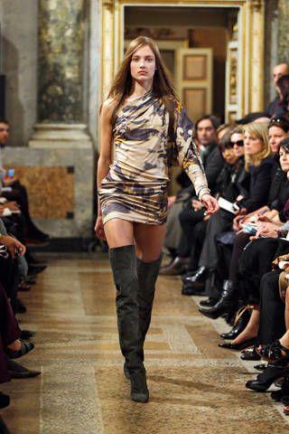 Footwear, Leg, Brown, Trousers, Fashion show, Outerwear, Style, Runway, Street fashion, Fashion model,