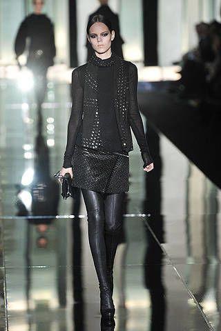 Sleeve, Fashion show, Outerwear, Fashion model, Style, Street fashion, Runway, Fashion, Knee, Black,