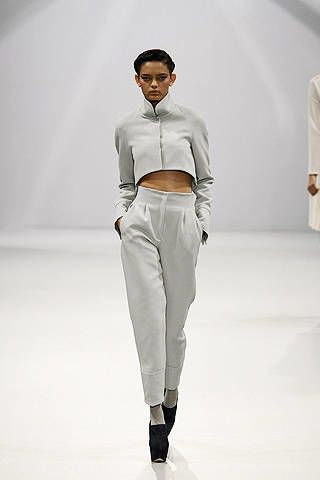 Sleeve, Trousers, Shoulder, Standing, Fashion show, Joint, White, Runway, Style, T-shirt,