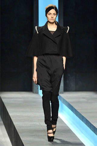 Human body, Sleeve, Fashion show, Shoulder, Human leg, Joint, Style, Runway, Fashion model, Knee,
