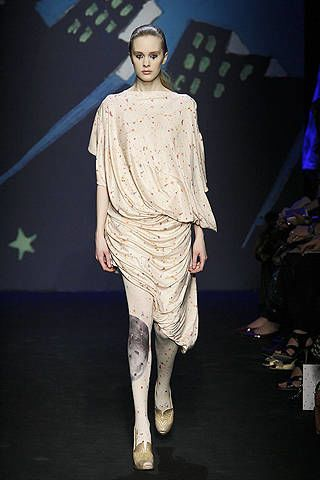 Sleeve, Fashion model, Knee, Fashion design, One-piece garment, Haute couture, Makeover, Ankle, High heels, Fashion show,