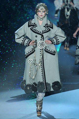 Sleeve, Winter, Victorian fashion, Costume design, Fashion, Fashion model, Runway, Vintage clothing, Fashion design, Fashion show,